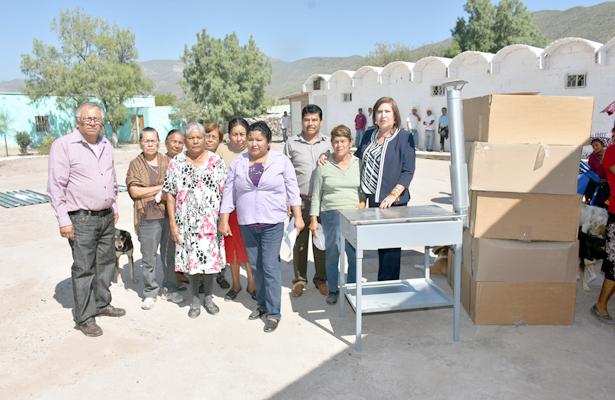 Lleva González Achem apoyos a familias del ejido La Unión
