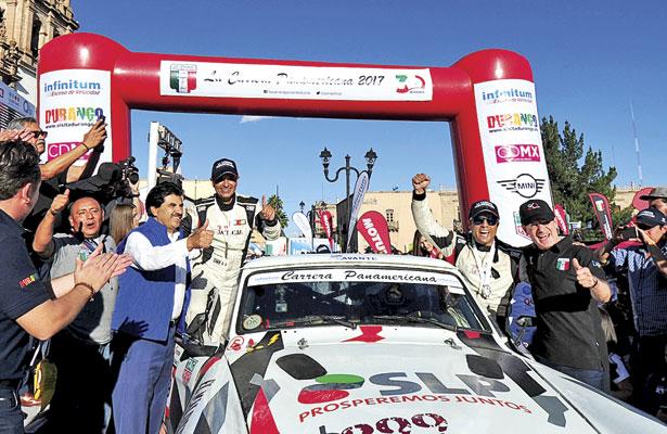 El gobernador José Aispuro Torres y elalcalde José Ramón Enríquez premiaron a los ganadores de la edición número 30 de La Carrera Panamericana 2017, luego de arribar a la ciudad de Durango como los mas rápidos del certamen / Foto: Ángel Meraz