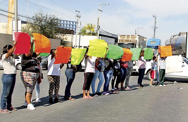 Manifestantes bloqueanel periférico en Lerdo