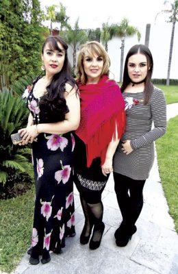 La cumpleañera acompañada de su hermana, Consuelo Mier Robles y de su hija, Sara Pacheco Mier.