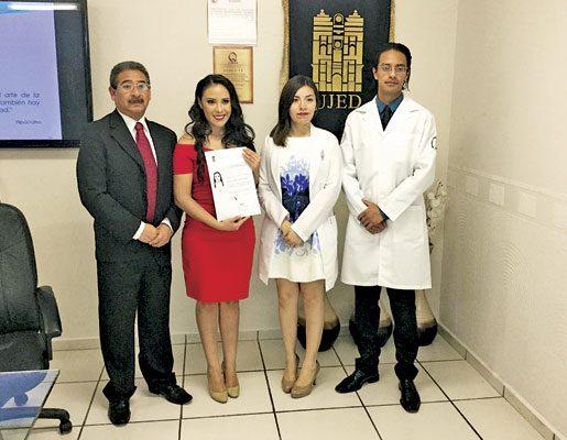 La nueva profesionista acompañada de sus sinodales el día de su examen profesional.