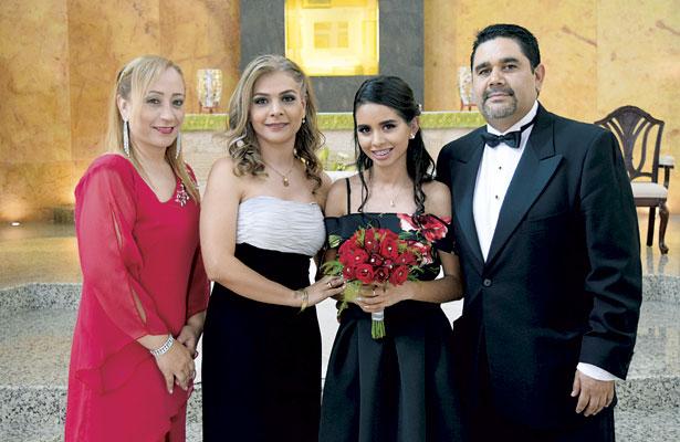 La quinceañera estuvo acompañada de su madrina y sus papás durante la misa de acción de gracias.