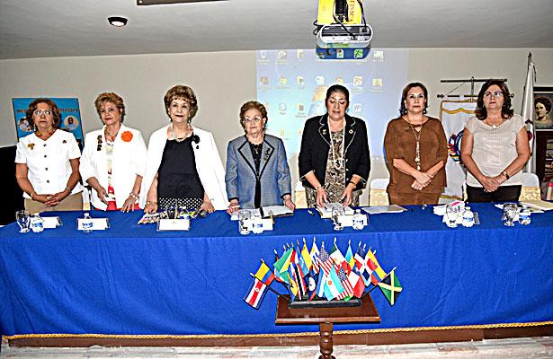 María Esther Díaz de Kampfner y sus compañeras de la directiva presidieron la junta de trabajo.