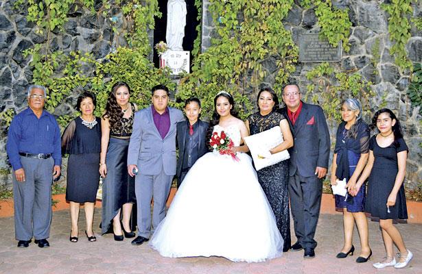 Papás, padrinos y familiares estuvieron felicitando a la joven quinceañera en esa inolvidable fecha.