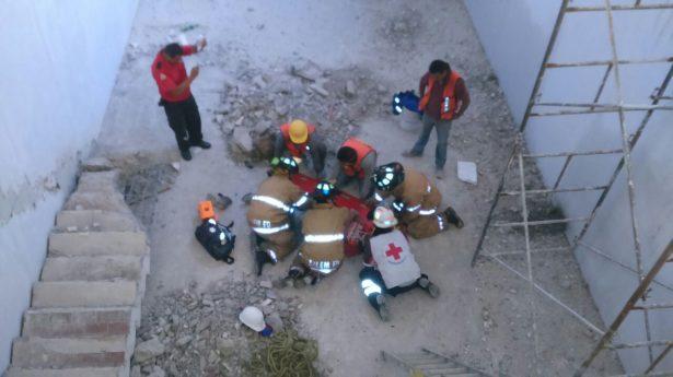 Albañil cae de escalera y resulta lesionado
