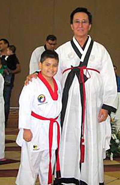 Gerardo Iván Reyes Hernández, quien a sus 11 años de edad ha logrado escalar y colocarse ya dentro de los cintas negras de excelencia en Durango, siendo condecorado y certificado por el padre del taekwondo en México, Moon Daiwon.