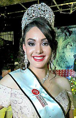 SANTIAGO PAPASQUIARO, Dgo. (OEM).- Belleza y elegancia en Melissa, portadora de la banda y la corona de Reina de la UAD Santiago 2017.