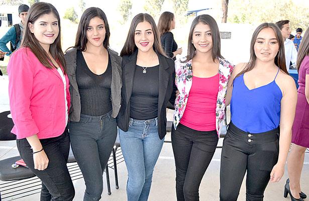 NUEVO IDEAL, Dgo., (OEM).- Chicas guapas Hilda Zaldívar, Yanira Ibarra, Jaqueline Barragán, Litzy Salazar y Saraí Aguirre, el día de hoy engalanan este espacio social.