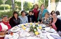 Con algunas de sus invitadas a su última fiesta prenupcial, que fue desayuno.
