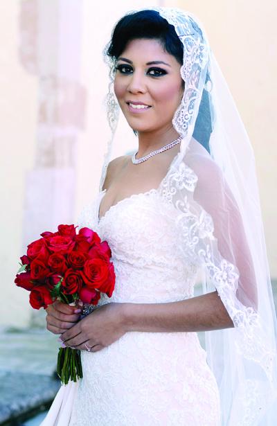Elizabeth Tovar Quiroz lució encantadora el día de su boda.