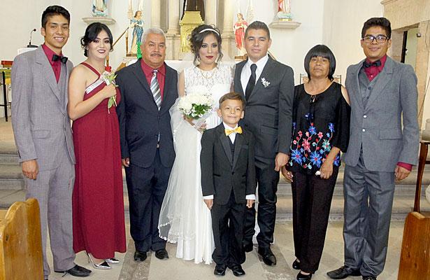 CUENCAMÉ, Dgo. (OEM).- En la gráfica, los novios Osvaldo Hernández González y Alicia Elizabeth Ceniceros Morales posaron junto a la familia Ceniceros Morales.