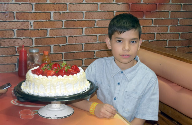CANATLÁN, Dgo. (OEM).- Feliz se la pasó Ángel Leonardo Núñez López al festejar sus doce años de edad, acompañado de su mamá Guadalupe y sus amigos, comiendo pizza.