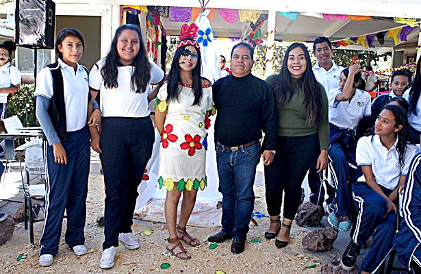 CUENCAMÉ, Dgo. (OEM).- Ivanna Damaris Montañez de 3ero. G, profesores Paloma y Nicolás.