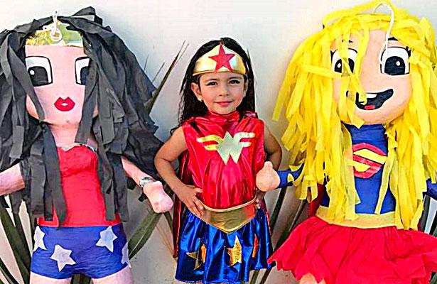 SANTIAGO PAPASQUIARO, Dgo. (OEM).- La encantadora Sofía Ramírez Muñoz tuvo una divertida y singular fiesta de cumpleaños número cinco, luciendo hermosa en su traje de la mujer maravilla.