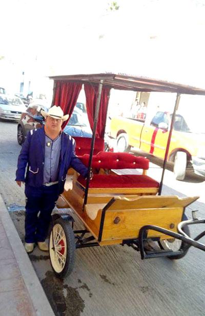 SAN JUAN DEL RÍO, Dgo. (OEM).- Listo Javier Rodríguez para asistir en carreta a su misa de acción de gracias, por sus 40 años.