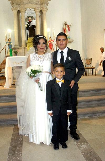 CUENCAMÉ, Dgo. (OEM).- Los ahora esposos Osvaldo y Alicia, al lado de su heredero.