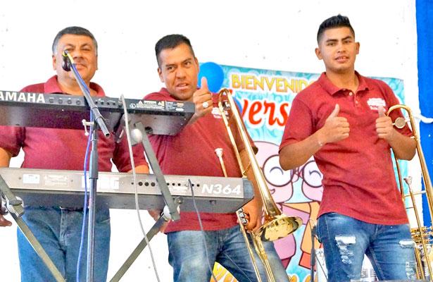 """VILLA UNIÓN, Dgo. (OEM).- Miembros del tamborazo """"San Esteban"""", quienes amenizaron el 19 aniversario del grupo afín a la tercera edad """"Corazón""""."""