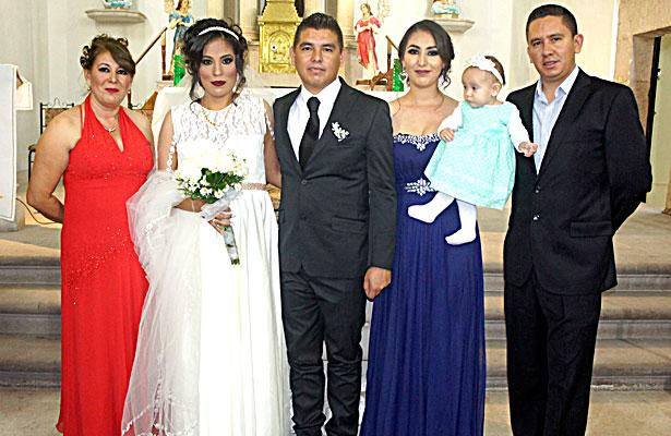 CUENCAMÉ, Dgo. (OEM).- Osvaldo Hernández González y Alicia Elizabeth Ceniceros Morales el día de su boda, al lado de la familia Hernández González.