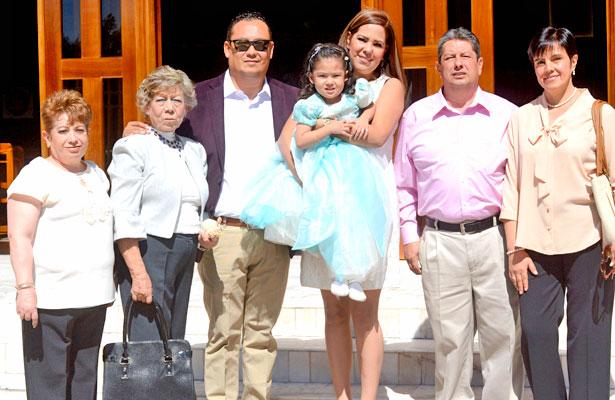 Papás, padrinos y seres queridos de la dulce Victoria Rodríguez García, el día que la presentaron ante el Señor Dios.