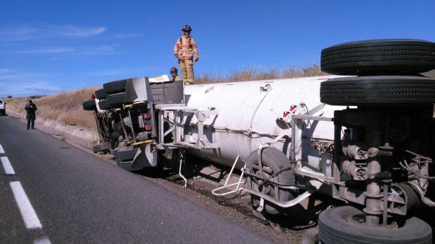 Volcadura de trailer pipa sobre carretera Durango-Mazatlán
