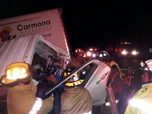 Camión se impacta contra contención