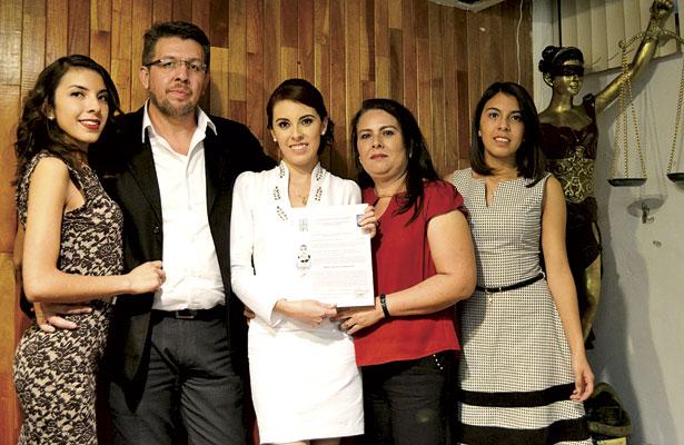Es nueva Licenciada en Derecho María Guadalupe Castañón Acero