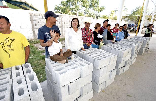 """Entrega González Achem material de construcción en """"La Gomita"""""""