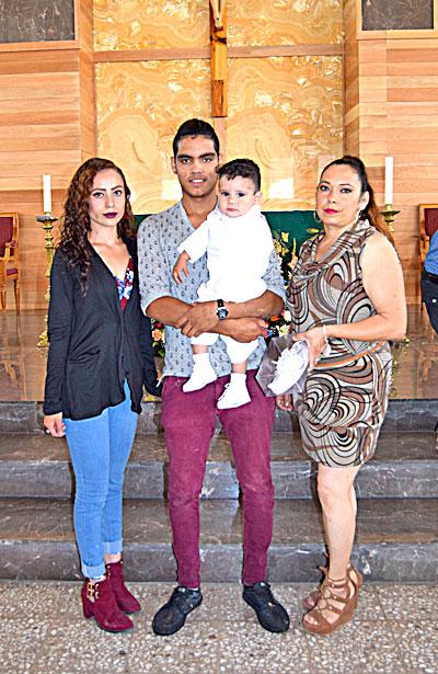 NUEVO IDEAL, Dgo. (OEM).- Dylan Lozano González recibió las benditas aguas del Jordán en brazos de sus padres, Karolina González y Jassiel Lozano, así como de su madrina Alma Chávez, en el Templo de Nuestra Señora del Sagrado Corazón de Jesús.