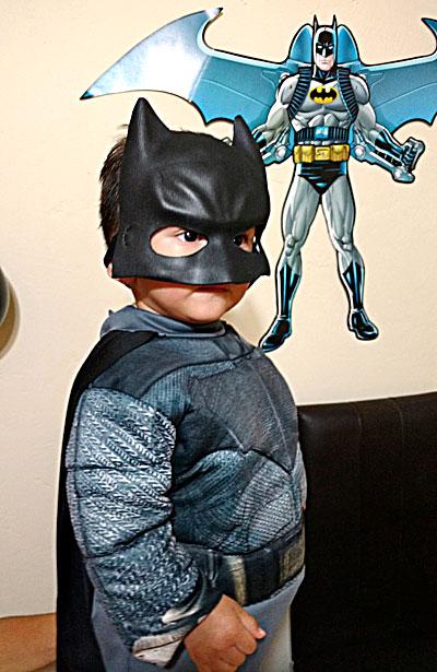 NUEVO IDEAL, Dgo. (OEM).- El pequeño Javier Gutiérrez Herrera lució hermoso traje de Batman el día que celebró su primer añito de vida.