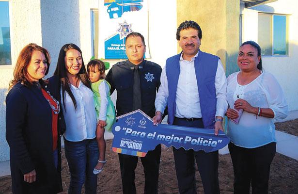 Entrega Municipio casa a policía por comportamiento ejemplar