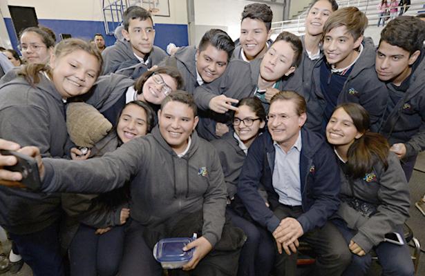 Entrega Aispuro 85 mil sudaderas a estudiantes del nivel medio superior