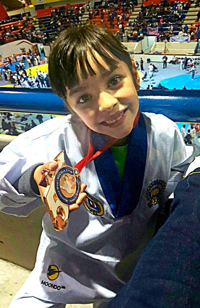 NUEVO IDEAL, Dgo. (OEM).- Isabella Silerio Baeza feliz luce la medalla que conquistó en la XLIX edición del torneo nacional de taekwondo Mu Duk.