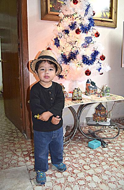 NUEVO IDEAL, Dgo. (OEM).- Jonathan Botello Andrade disfruta de la temporada navideña al lado de su familia.