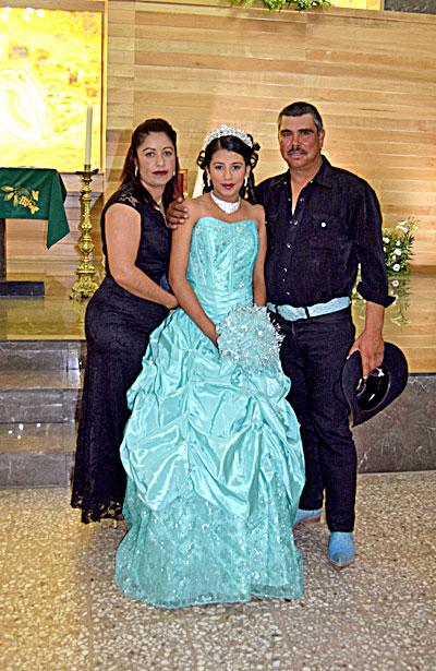 NUEVO IDEAL, Dgo. (OEM).- Kimberly Campos Ruiz lució hermosa el día que acudió al templo a dar gracias al Creador por cumplir sus XV años, al lado de sus padres Tomás Campos Ruiz y Sandra Ruiz Barragán, familiares y amigos.