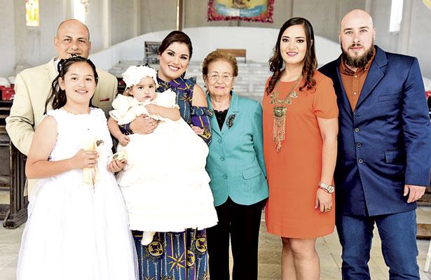 Las celebrantes acompañadas de sus padres y padrinos, el día que realizaron dos importantes sacramentos.