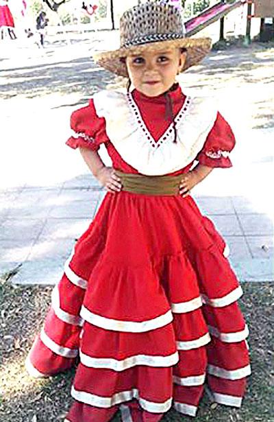 SAN JUAN DEL RÍO, Dgo. (OEM).- Lucen hermosas vestidas de charras, las hermanitas Arce González.