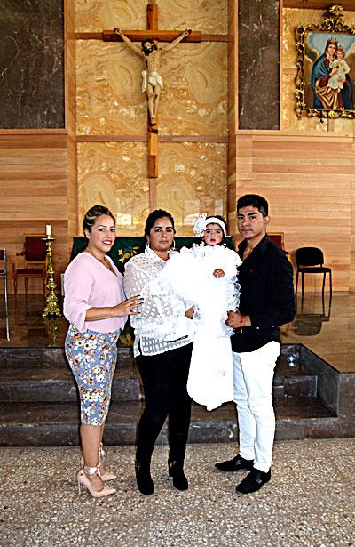 NUEVO IDEAL, Dgo. (OEM).- María Regina Alvarado Campos recibió el sacramento del bautismo en el Templo de Nuestra Señora del Sagrado Corazón de Jesús en brazos de su mamá Mayra Alvarado Campos y de sus padrinos Araceli Campos y Érick Alvarado Campos.