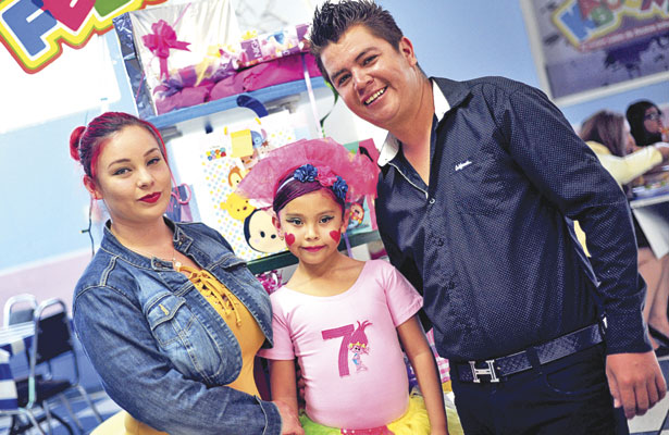 Tania Nohemí Salazar y Manuel Rafael Fernández Hernández, padres de la feliz cumpleañera.