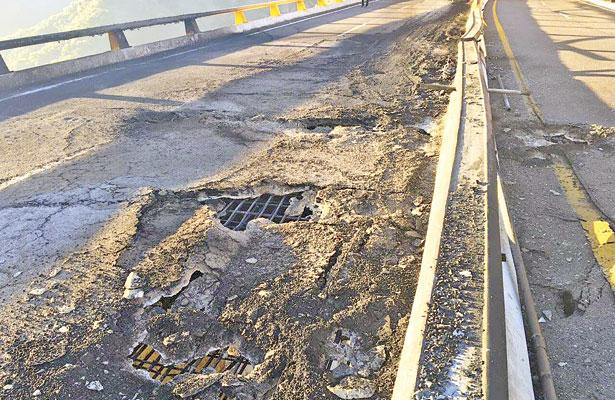 Incendio de pipa daña puente de la supercarretera