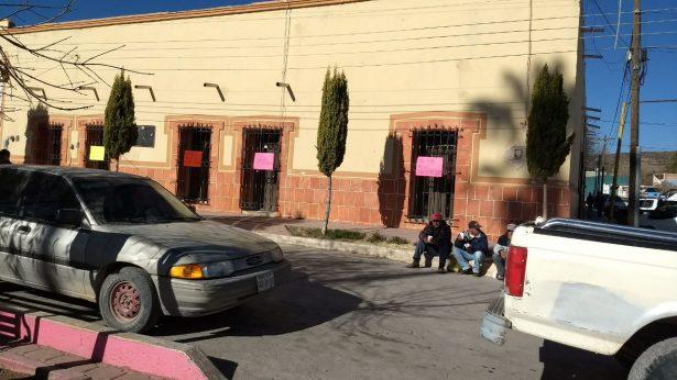 Trabajadores mantienen cerrada la Presidencia Municipal de Peñón Blanco