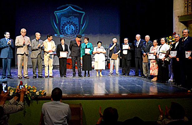 Aspecto de la entrega de reconocimiento en la velada literario musical a fundadores de la EST 1 en su 50 aniversario.