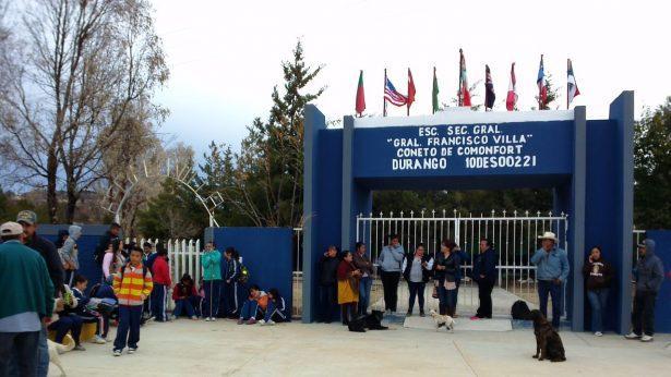 Padres de familia toman escuela en Coneto de Comonfort