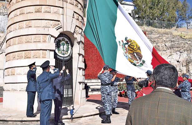 Celebra Aispuro elDía de la Bandera