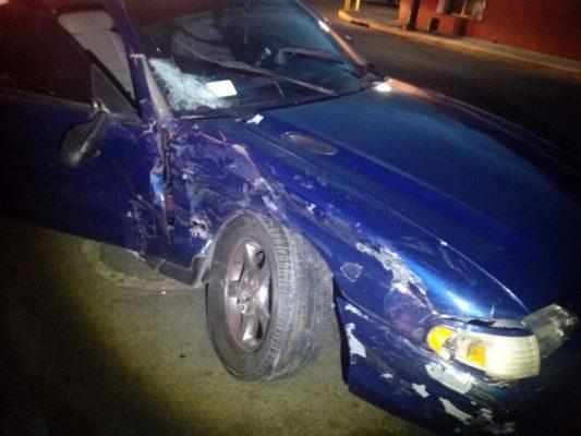 Choque frontal entre auto deportivo y camioneta redilas deja un lesionado