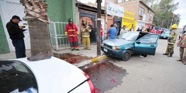 Auto embiste brutalmente a dos personas
