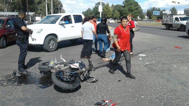 Motociclista se impacta contra taxi