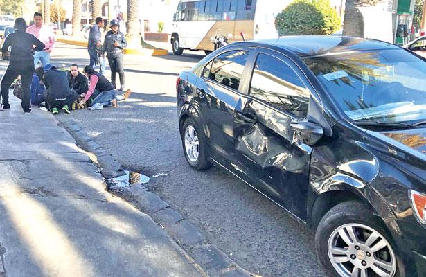 Motociclista herido en fuerte choque contra automóvil
