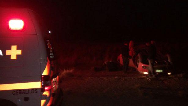 Vuelca automóvil compacto en la autopista Gómez Palacio