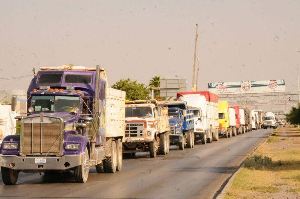 Protestan camioneros por los aumentos al diesel y gasolina