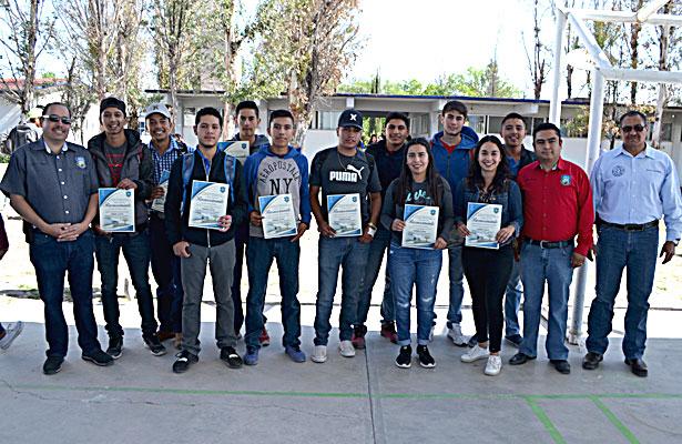 NUEVO IDEAL, Dgo. (OEM).- Posaron para el recuerdo los alumnos más destacados en habilidades y destrezas agropecuarias  del CBTa 173.